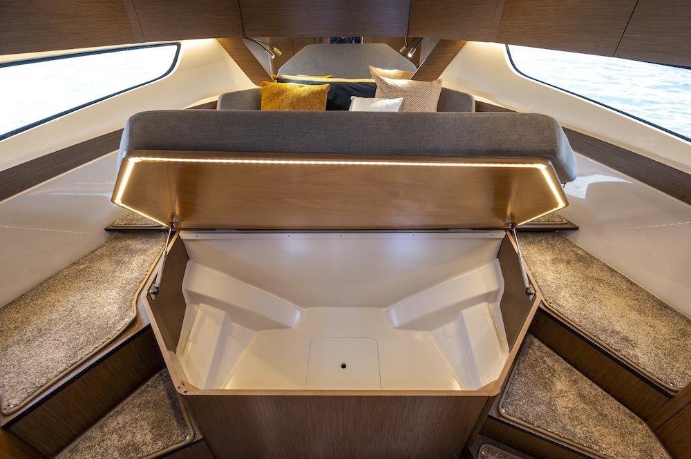 Bénéteau Antares 11 intérieur rangement cabine