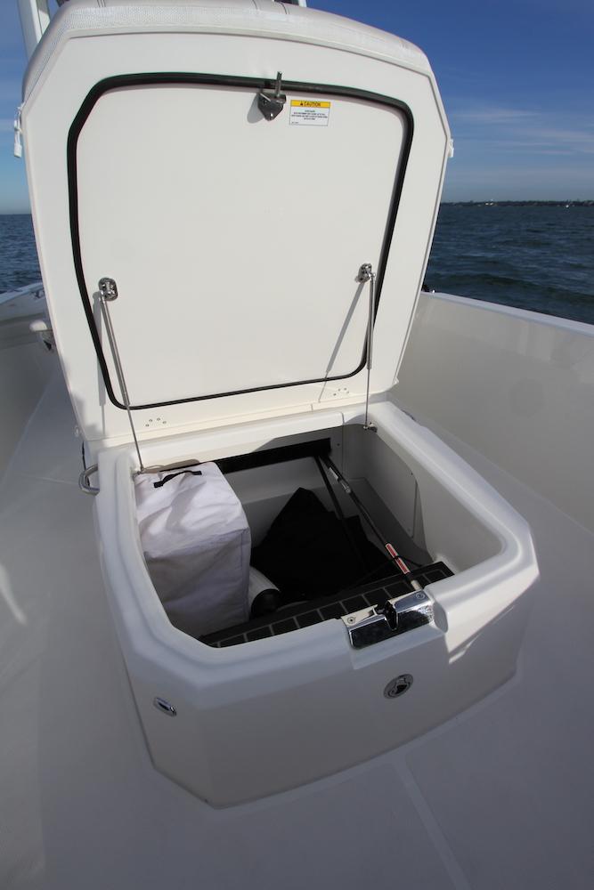 Boston Whaler 250 Dauntless_rangement avant