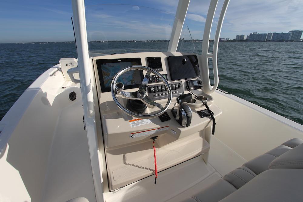 Boston Whaler 250 Dauntless_console
