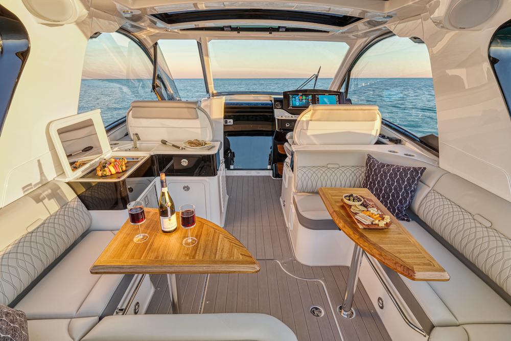 Sea Ray Sundancer-370-hors-bord_cockpit