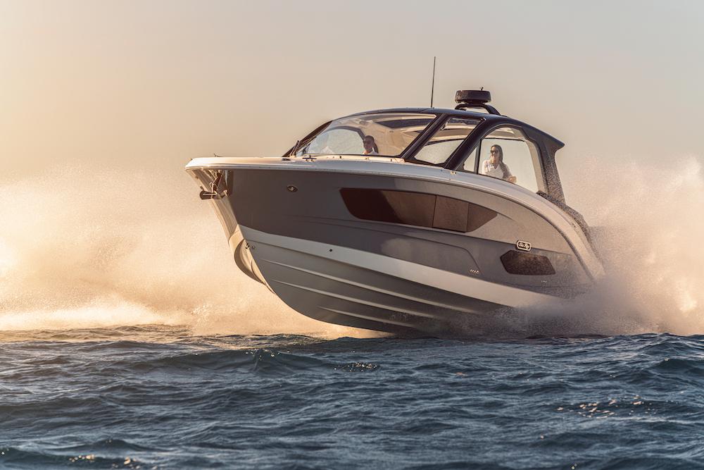 Sea Ray Sundancer-370-hors-bord_avant