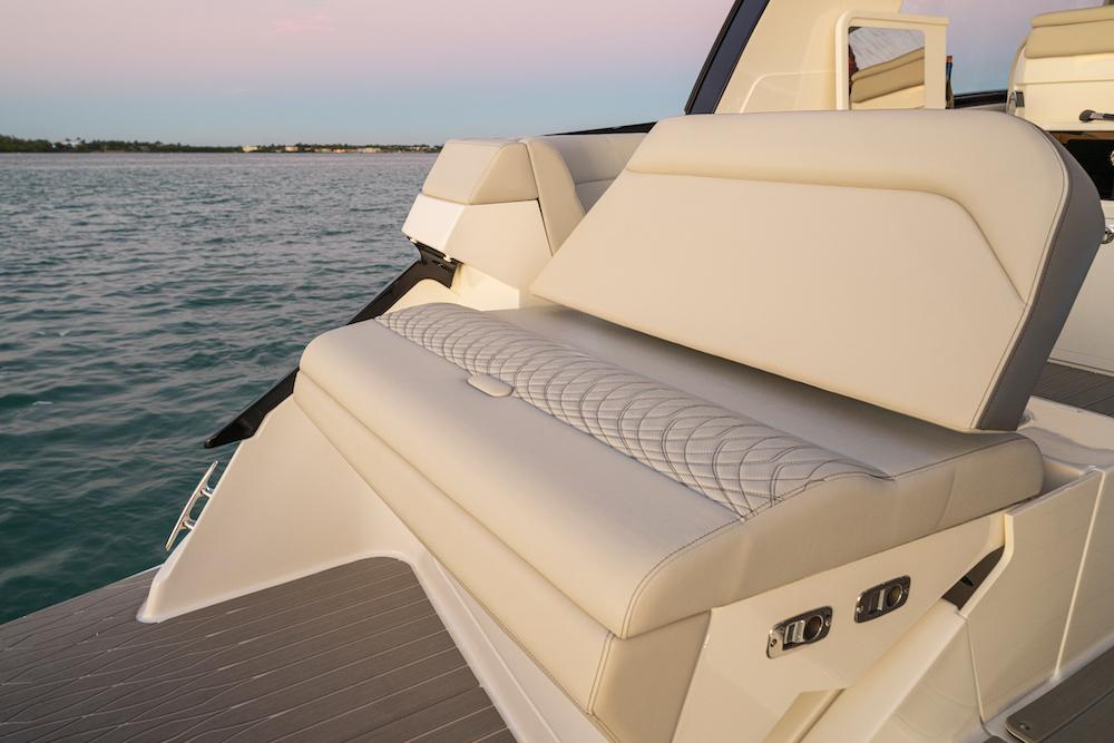 Sea Ray Sundancer-370-hors-bord_siège arrière