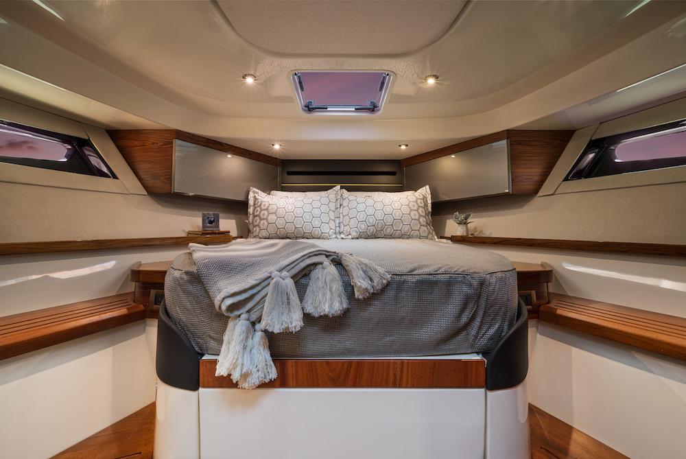Boston Whaler 405 Conquest cabine avant