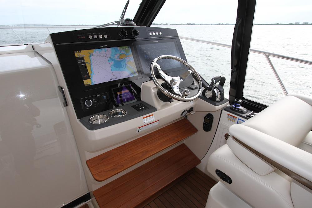 Boston Whaler 405 Conquest poste pilotage